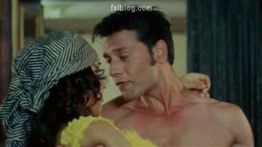 Amazing Hot Smooch Video from Bollywood – FSIBlog.com