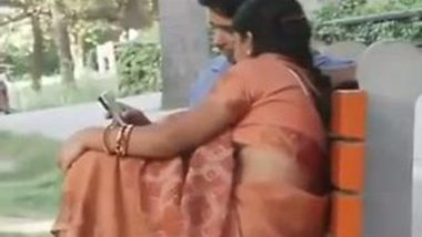 Gujrati Aunty Shows her Boobs in park outdoor mms