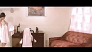 INDIAN CELEB KAREEENA KAPOOR SHOWING HER NAKED BACK