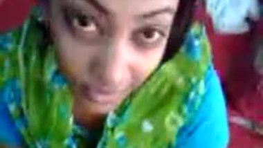 Sexy married woman sucking a desi penis